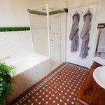 Queen 1 Deluxe Bathroom