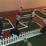 jugando un mini-golf.