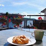På Bistro Magasinets fantastiska terrass kan du avnjuta utsökta måltider och njuta av utsikten.