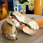 El beauty's bagel: salmón ahumado, queso crema y alcaparras.