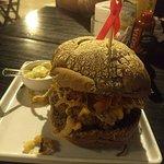 Delicioso hambúrguer artesanal com molho maravilhoso sabor, com leve sabor de alho,