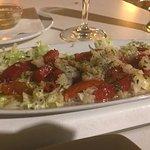 Bacalao con mahonesa, esgarraet y ensalada de aguacate con tomate y fruits secos