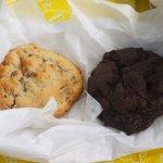 초코칩이 박혀 있는 쿠키와, 초코 청크 쿠키 두개 입니다~~!