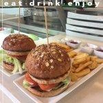FISH BURGER- hamburger di salmone, insalata iceberg, pomodoro, patatine steak house e salse.