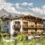 Aussenansicht Hotel Bergkristall im Hintergrund unser Hausberg Ahornspitze