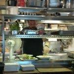 Koncentreret arbejde i køkkenet