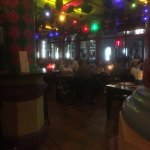 Zo ziet het restaurant en de bar er 'savonds uit.