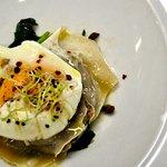 Plato en dos pasos: Ravioli de cordero de Torla y huevo poché con sal de tomates y crema suave d