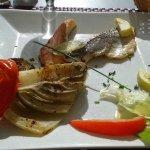 2 petits bouts de poissons,1 demi feuille de salade, un demi fenouil, un demi poivron et la toma