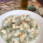 Gnocchis con salsa de alcachofas y pepperoncino