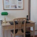 Escrivaninha e luminária elegantes