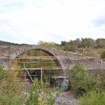 Photo de Kremasti Bridge