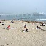La playa sucia; detrás, el Malibú Pier