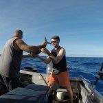 """Der perfekte Fisch-Fachmann """"Mike"""" hilft beim rausholen"""
