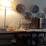 Il buffet nella sala della colazione