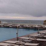 vue depuis la terrasse de ma chambre piscine eau de mer chauffée et vue sur l'océan que du bonhe