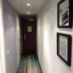 Corridoio che va dalla porta d'ingresso alla stanza, con al lato il bagno