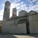 Imponente duomo affacciato sull'adriatico e incastonato in un antico borgo.