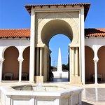 בניין מס 2, מזרקת קולומבוס ואנדרטה לזכר יהודי איטליה אזרחי איטליה שהיצילו יהודים.