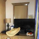 Vor dem spiegel Fernseher, dahinder der Föhn - geniale Lösung! Zimmer 113
