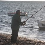 Si pesca in riva al mare