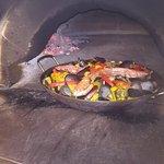 La nostra paella di pesche cotta al forno a legna.