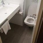 Toute petite salle de bain a peu près identique à celle de l'ibis budget voisin