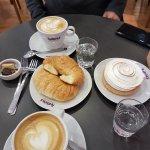 Dos café con leche, un Lemon Pie y unas mediaslunas saladas
