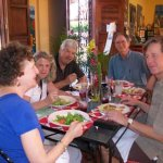Familias felices conpartiendo y celebrando sus actividades especiales.