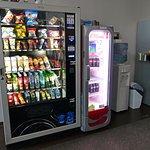 die Snackautomaten im Aufenthaltsbereich - snack vending machines