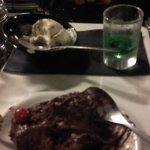 Mon dessert une mousse au chocolat servie avec une boule de glace et un petit verre de get