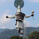 Monumento al danzante visto desde afuera de la iglesia de Huauchinango