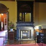 1階リビング(正面暖炉の上部は高価な鏡があり部屋を広く見せる工夫がされている)