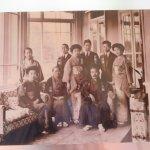 岩崎久彌氏家族写真(1列目の右端に座っているのが久彌氏)