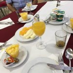Fin d'un petit déjeuner. Il en reste encore sur la table.
