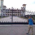 У ворот резиденции