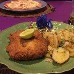 Ausgezeichnetes Cordon bleu mit Zwiebelkartoffeln und Pizza Hawai