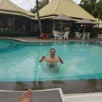 Moment de détente dans la piscine.