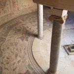 Atrio semicircular: un ambiente con columnas de mármol y capiteles jónicos que sostenían un tech