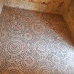 Sala con mosaicos octogonales: contienen en su interior una corona y unos círculos .