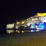 Preciosa vista nocturna del Castillo Peñíscola y abajo el Lounge entre Dos Aguas