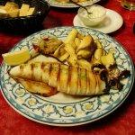 Excelente calamar a la plancha, acompañado de las mejores patatas fritas que he probado, riquisi