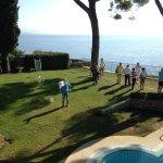 """Das erste """"Miramar-Golf-Open"""" im Hotelgarten mit Loch 5 über den Salzwasser-Pool."""