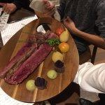 Selle pour 2 personnes - accompagnée de fruits et légumes