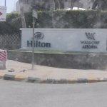 يقع فندق جدة هيلتون على شاطئ الشمالى من جدة على البحر وهذا موقع جيد  يوجد جميع الخدمات متوفر موا