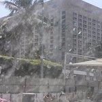 يظم الفندق عدة غرف واجنة خاصة وغير خاصة ويتوفر خدمة التوصيل من والى المطار بالضافه انه يقدم وجبا