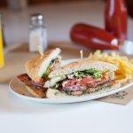 Además de hamburguesas se puede disfrutar de sándwiches club de pollo de corral o vegetarianos
