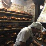 Entrando y saliendo del horno los cochinillos (Lechón)