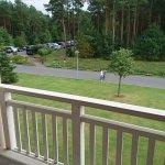Der Balkon des Zimmers, auch eine schöne Aussicht in Richtung Wald