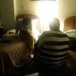 Dos de las 4 camas menos de 50 cms entre cada una, única luz